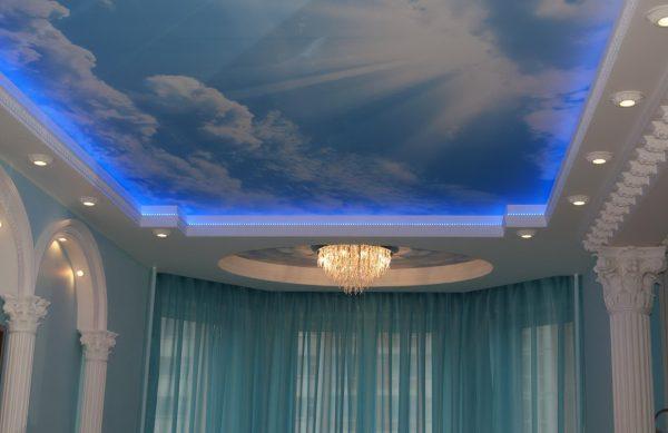 Натяжной потолок в изображением неба
