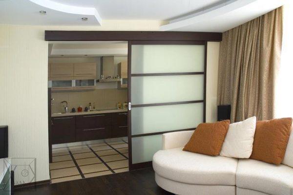 Раздвижные двери мезду кухней и гостиной
