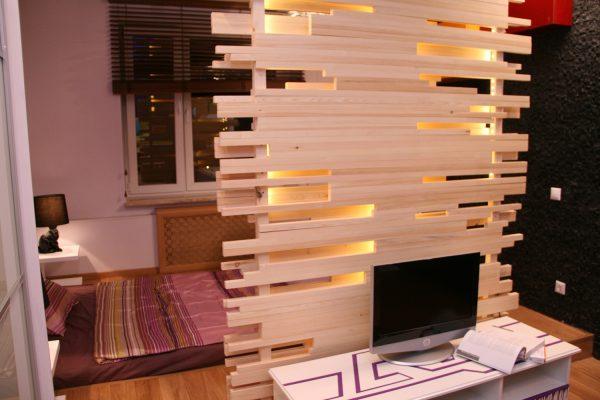 Зонирование светящейся перегородкой из дерева