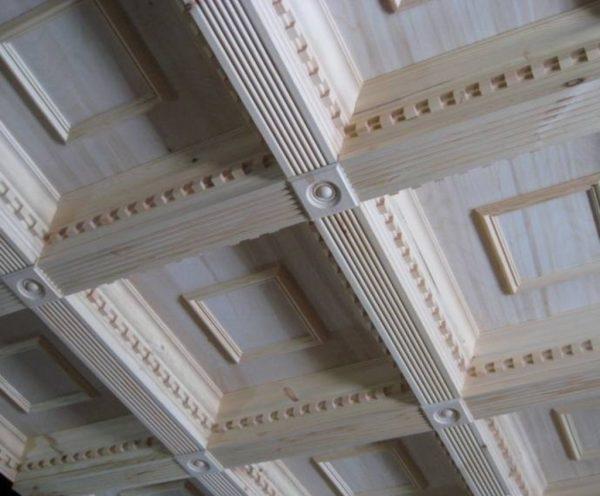 Украшение кесонного потолка лепниной