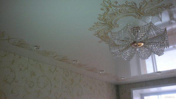 Золотой орнамент на белом натяжном потолке