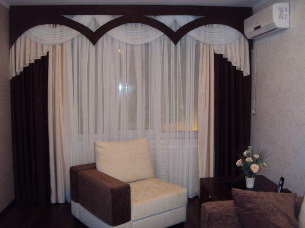 Однотонная белая тюль с коричневыми плотными шторами