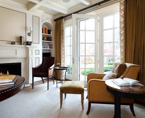 Коричневые шторы в просторной гостиной