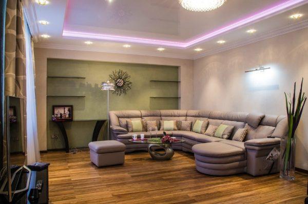 Большой угловой диван в интерьере гостиной
