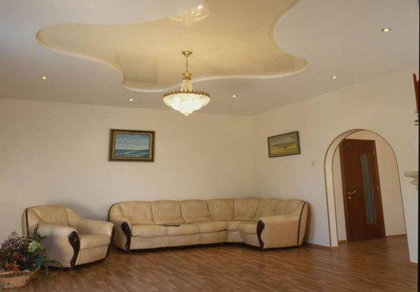 Светло бежевый натяжной потолок в гостиной