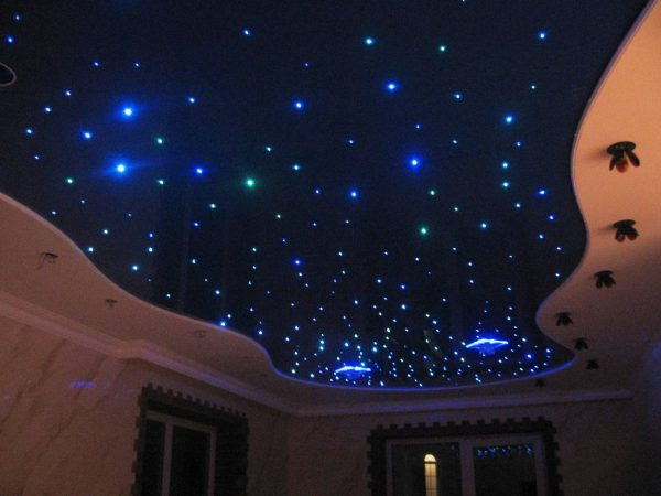 """Потолок """"звездное небо"""" - с мерцанием звезд."""
