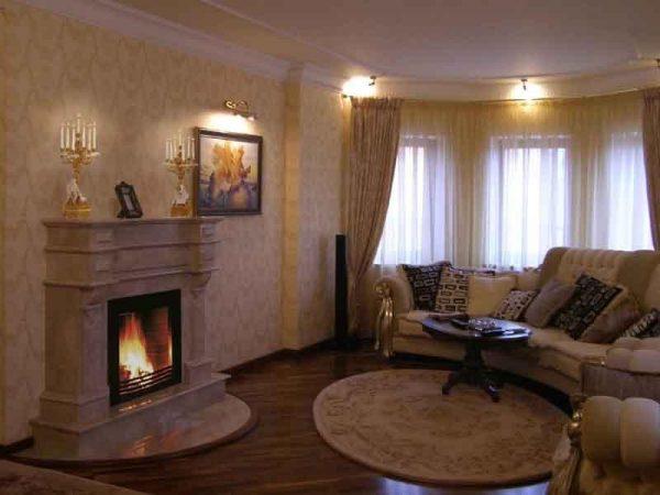 Интерьер гостиной в хрущевке с камином