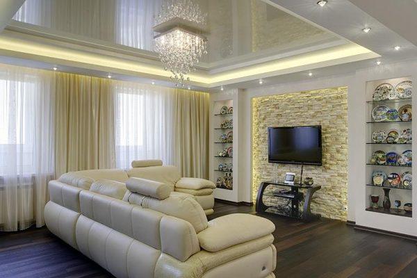 Красивая гостиная с натяжным потолком