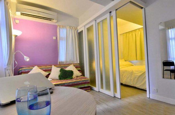 Размещение небольшой спальной зоны за стеклянными раздвижными дверями