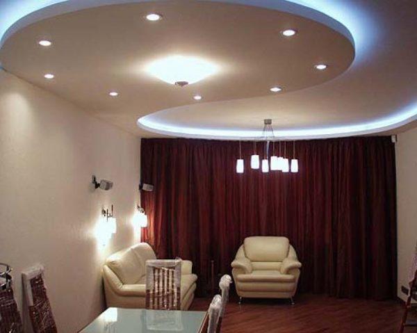 Вариант оформления подвесного потолка в гостиной