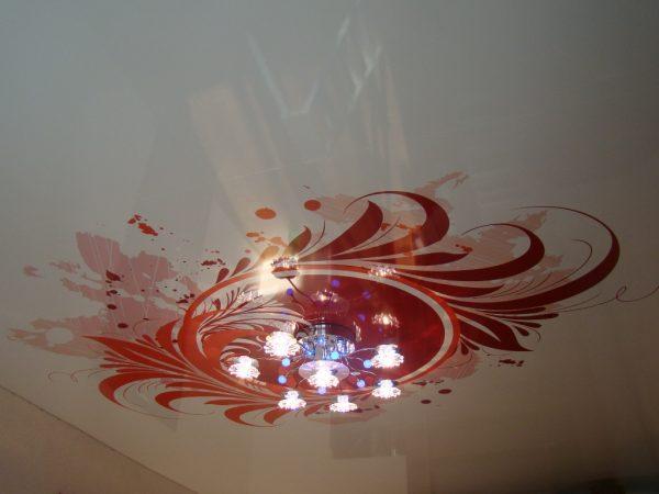 Рисунок вокруг люстры на глянцевом натяжном потолке