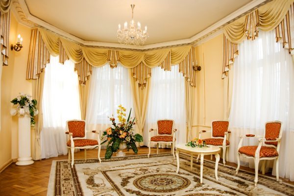 Однотонные тюлевые шторы в классической гостиной