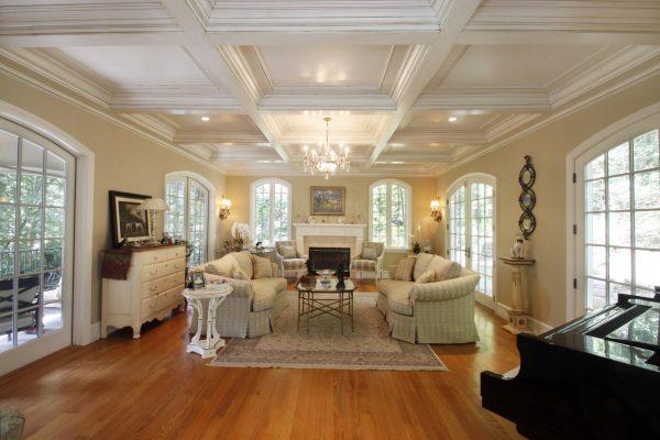 Гостиная с кессонным потолком