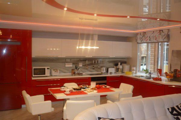 Яркая мебель для кухни в стиле хай тек