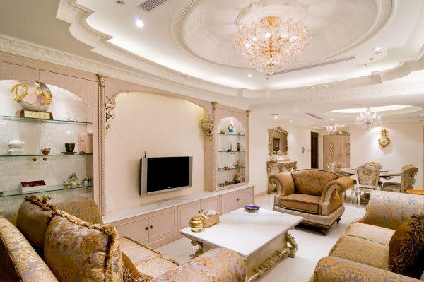 Зонирование гостиной многоуровневым потолком