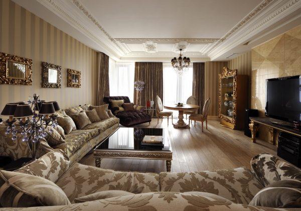 Большая гостиная с высокими потолками