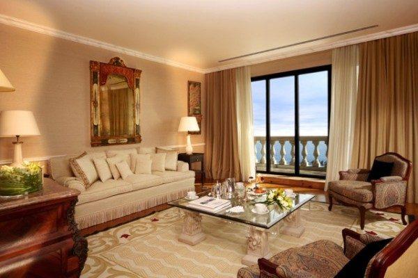 Двух цветные шторы в интерьере гостиной
