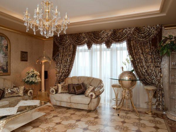 Коричневые шторы с рисунком и ламбрекеном в классической гостиной