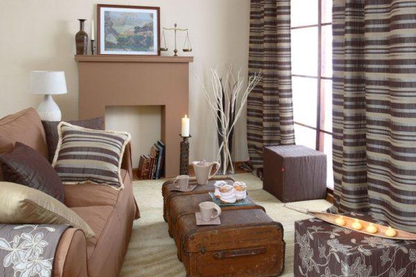 Коричневые полосатые шторы в гостиной