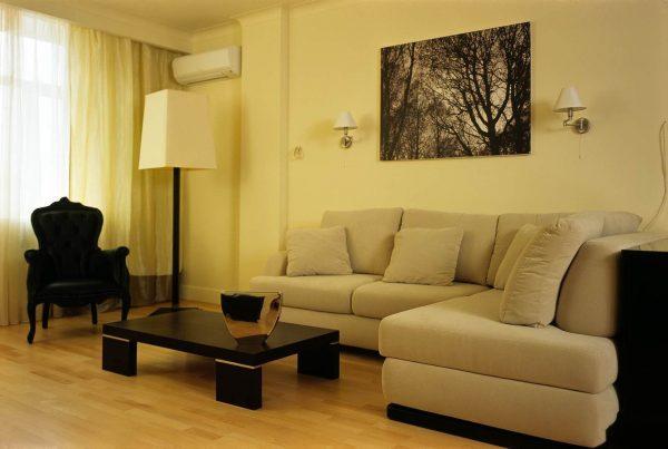 Интерьер бежевой гостиной с модульным диваном