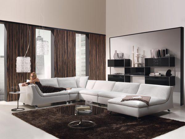 Палитра интерьера и коричневые шторы.