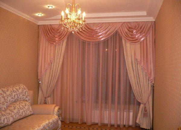 Розовые шторы в интерьере гостиной