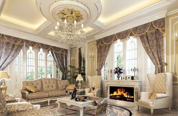 Потолок в классическом интерьере с большой хрустальной люстрой
