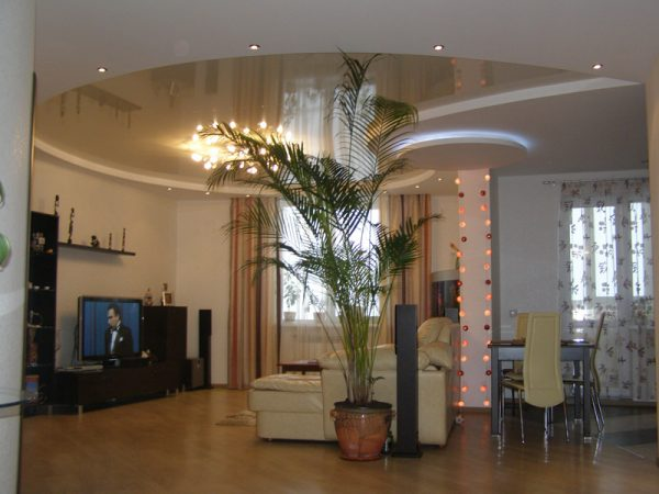 Дизайн гостиной с натяжными потолками