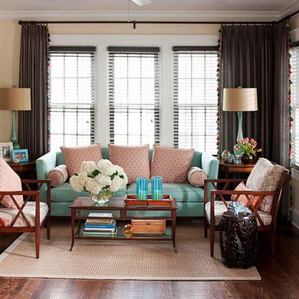 Коричневые шторы и голубой диван в гостиной