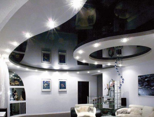 Дизайн темного натяжного потолка в гостиной