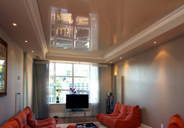 Глянцевый натяжной потолок для гостиной