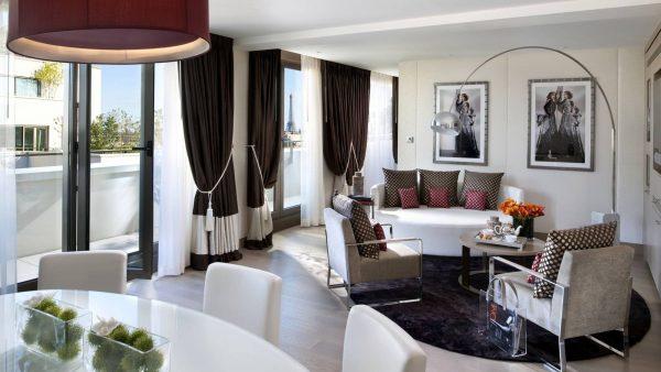 Длинные потолочные шоколадные шторы с подхватами