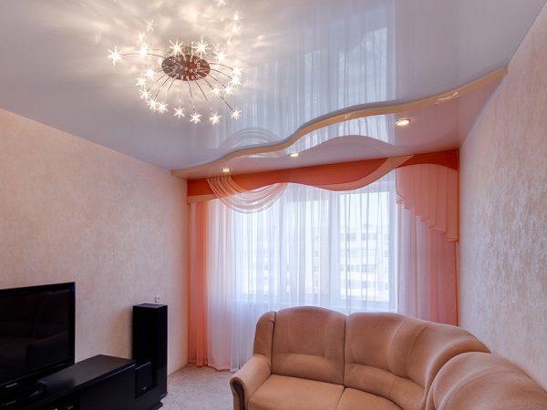 Белый глянцевый потолок в гостиную