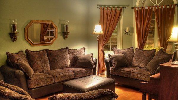 Интерьер гостиной в классическом стиле с коричневыми шторами