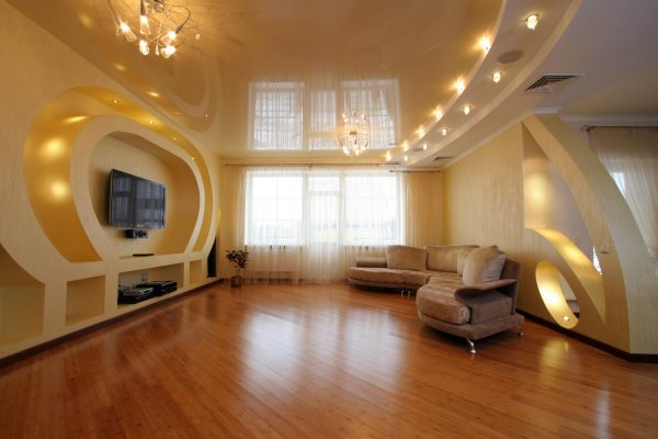 Интерьер гостиной с натяжным потолком