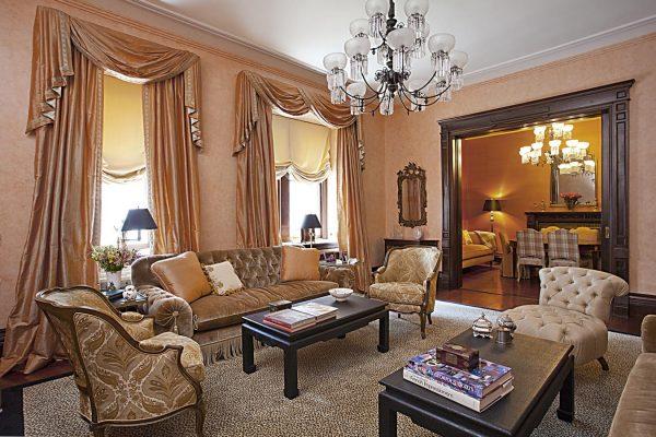 Светло-коричневые шторы для гостиной в классическом стиле