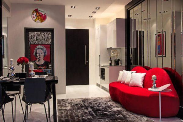 Необычный диван в интерьере гостиной в стиле поп арт