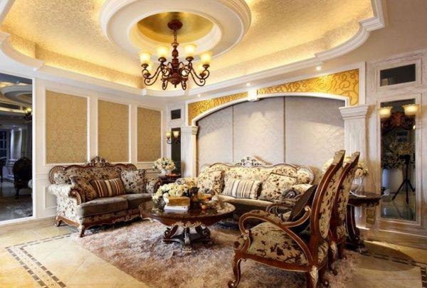 Потолок из гипсокартона в гостиной, оформленной в классическом стиле.