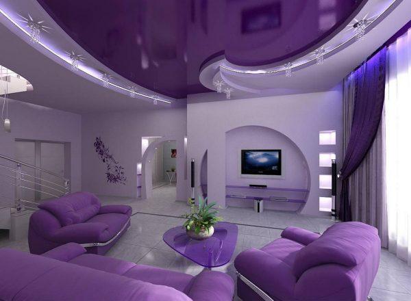 Натяжной потолок в фиолетовой гостиной