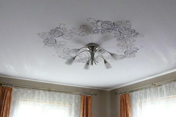 Белый тканевый натяжной потолок с рисунком