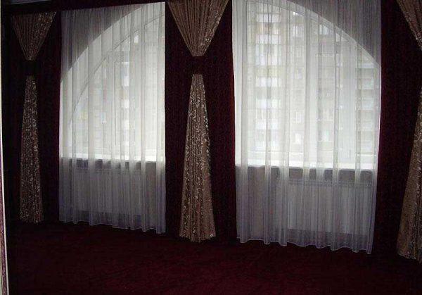 Удачное сочетание тюлевых штор с плотными шторами