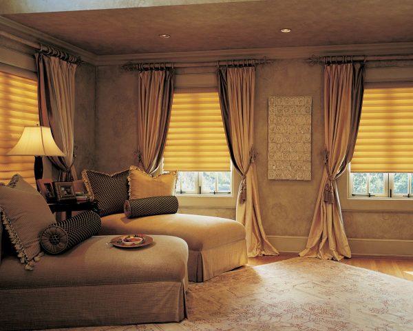 Длинные шторы в зал коричнево бежевых тонах с подхватами