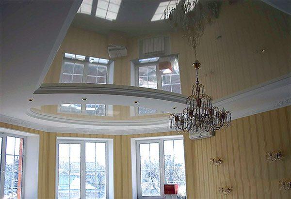 Светлая гостиная с зеркальным натяжным потолком